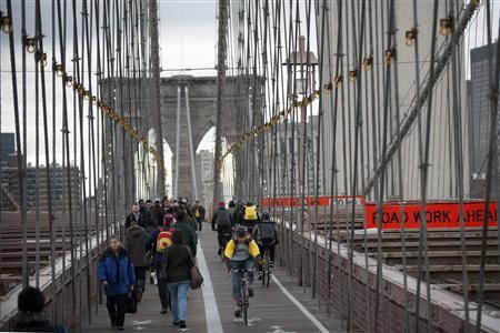 Commuters make their way across the Brooklyn Bridge in the Brooklyn Borough of New York, in this November 2, 2012 file photo. REUTERS/Keith Bedford/Files