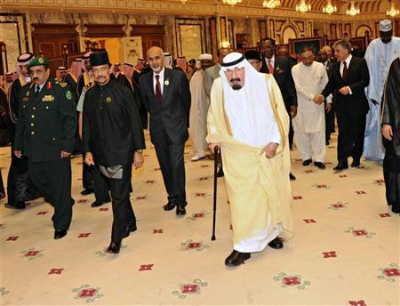 Saudi Arabia's King Abdullah (R) walk with Brunei's Sultan Hassanal Bolkiah (2nd L) at the end of the Organisation of Islamic Conference (OIC) summit in Mecca August 15, 2012. REUTERS/Saudi Press Agency/Handout