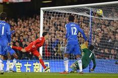 <p>But de Luis Suarez (à gauche) de Liverpool contre Chelsea à Stamford Bridge. Chelsea a fait match nul dimanche contre Liverpool (1-1) en Premier League. /Photo prise le 11 novembre 2012/REUTERS/Russell Cheyne</p>