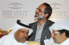 """<p>Le cheikh Moaz Al Khatib élu dimanche à Doha à la tête de la nouvelle """"coalition nationale"""" syrienne qui réunit l'ensemble des composantes de l'opposition au président syrien Bachar al Assad. La France a salué l'accord conclu à Doha. /Photo prise le 11 novembre 2012/REUTERS/Mohammed Dabbous</p>"""