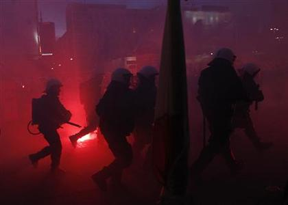 Riot police confronts demonstrators as violence breaks out at a parade celebrating Poland's national holiday in Warsaw November 11, 2012. REUTERS/Kacper Pempel