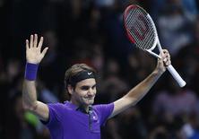 <p>Le Suisse Roger Federer s'est qualifié 7-6 6-2 dimanche à Londres pour la finale du Masters où il affrontera le numéro un mondial Novak Djokovic. /Photo prise le 11 novembre 2012/REUTERS/Suzanne Plunkett</p>