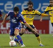 <p>Le Sochalien Roy Contout (à droite) marque le Lyonnais Yoann Gourcuff. La première place de la Ligue 1 est passée dimanche sous le nez des joueurs de l'Olympique lyonnais qui ont mené sur le terrain de Sochaux avant de concéder le match nul (1-1), faute de réussir à se mettre à l'abri au bon moment. /Photo prise le 11 novembre 2012/REUTERS/Vincent Kessler</p>