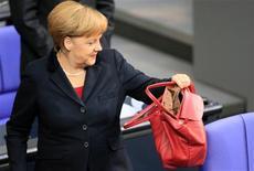 Angela Merkel vuela el lunes a Lisboa, prestando su apoyo a un Gobierno que lucha por reducir el déficit y cumplir los términos de un rescate con apoyo de Berlín, en medio de la peor recesión que sufre Portugal desde los 70. En la imagen, la canciller alemana, Angela Merkel, en una sesión del Bundestag en Berlín, el 9 de noviembre de 2012. REUTERS/Tobias Schwarz