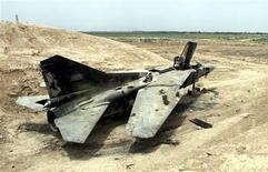 Брошенный, а позднее сожженный и разграбленный советский истребитель МИГ возле иракского города Балад, 13 июня 2003 года. Правительство Ирака сообщило в субботу о расторжении $4,2- миллиардной сделки с Россией, отказавшись импортировать ее истребители, вертолеты и ракеты из-за подозрений в коррупционной составляющей контракта. REUTERS/Stringer