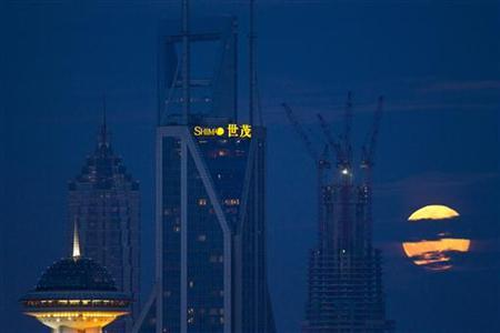 The moon rises over the skyline of Lujiazui financial district of Pudong in Shanghai September 1, 2012. REUTERS/Aly Song (CHINA - Tags: SOCIETY CITYSPACE ENVIRONMENT)