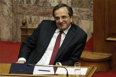 Премьер-министр Греции Антонис Самарас во время заседания парламента в Афинах, 11 ноября 2012 года. Греческий парламент в воскресенье одобрил бюджет на следующий год, что позволит стране получить международную финансовую помощь и избежать банкротства. REUTERS/Yorgos Karahalis