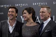 """James Bond puede ponerse el esmoquin y brindar con Dom Perignon, ya que el súper espía volvió a los cines batiendo récords el fin de semana, aplastando a sus rivales con una recaudación de 87,8 millones de dólares (unos 69 millones de euros) en venta de entradas en el estreno en Estados Unidos y Canadá de su nueva película """"Skyfall"""". En la imagen, de 24 de octubre, de izquierda a derecha, el actor Javier Bardem, Berenice Marlohe y Daniel Craig posan para los fotógrafos en el photocall de """"Skyfall"""" en París. REUTERS/Gonzalo Fuentes"""