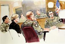 Un tiroteo en marzo en el que murieron 6 afganos en dos pueblos fue obra de más de una persona, según dijo el domingo un investigador de la policía afgana, contradiciendo la versión del Gobierno de EEUU. En la imagen, un boceto realizado por Lois Silver muestra al sargento estadounidense Robert Bales (en el centro) y sus abogados defensores Emma Scnalan 8segunda por la izquierda) y el mayor Gregory Malson (a la izquierda) escuchando al sargento Jason McLaughlin (a la derecha) testificando en la vista militar de Bales, en un proceso anterior a un juicio marcial, en la base de Lewis-McChrod, en Washington, el 5 de noviembre de 2012. REUTERS/Anthony Bolante
