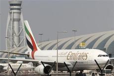 <p>Emirates, la compagnie aérienne basée à Dubai, affiche un bénéfice net multiplié par deux sur le premier semestre de l'exercice 2012-2013, grâce à une hausse du nombre de passagers transportés et à une baisse des coûts du carburant. /Photo d'archives/REUTERS/Ahmed Jadallah</p>