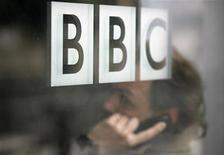 Las dos figuras más importantes de BBC News dimitieron el lunes, un día después de que el presidente del organismo rector de difusión dijera que se necesitaba una revisión radical para sobrevivir al escándalo de abuso sexual de menores. En la imagen, de archivo, el logo de la BBC. REUTERS/Andrew Winning