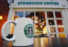 Los legisladores de Reino Unido interrogarán a ejecutivos de Starbucks, Google y Amazon el lunes para saber cómo se las han arreglado para pagar solamente pequeñas cantidades de impuestos en Reino Unido mientras acumulaban miles de millones de dólares en ventas en el país. En esta imagen de archivo, una taza frente a una cafetería Starbucks en Londres, el 1 de diciembre de 2011. REUTERS/Luke MacGregor/Files
