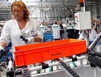 <p>Faurecia, l'équipementier automobile détenu à 57,4% par PSA Peugeot Citroën, vise un chiffre d'affaires de 22 milliards d'euros en 2016, qu'il compte réaliser à cet horizon à 55% hors d'Europe. /Photo d'archives/REUTERS/Christophe Ena/Pool</p>
