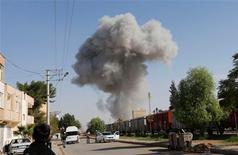 Un avión sirio bombardeó el lunes la localidad rebelde de Ras al Ain, apenas a unos metros de la frontera turca, provocando la huida de decenas de civiles hacia Turquía en busca de seguridad. En la imagen, humo elevçandose sobre la localidad siria de Ras al Ain tras un ataque aéreo, visto desde la localidad fronteriza turca de Ceulanpinar, en la provincia de Sanliurfa, el 12 de noviembre de 2012. REUTERS/Murad Sezer