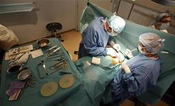 <p>Les chirurgiens libéraux et les internes des hôpitaux français ont lancé lundi une grève illimitée, tandis que plusieurs syndicats et coordinations de médecins prévoient des manifestations contre la politique gouvernementale. Les grévistes rejettent l'accord sur les dépassements d'honoraires signé fin octobre par les trois syndicats de médecins majoritaires. /Photo d'archives/REUTERS/Eric Gaillard</p>