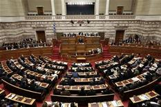 Premiê grego, Antonis Samaras, fala a parlamentares antes de votação para o orçamento do governo para 2013, em Atenas. A zona do euro não irá liberar uma nova parcela de empréstimo à Grécia nesta segunda-feira apesar do duro orçamento para 2013 do país. 11/11/2012 REUTERS/Yorgos Karahalis