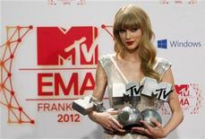 Cantora Taylor Swift posa com prêmios do MTV Europe Music Awards (EMA) em Frankfurt, Alemanha. Taylor Swift e Justin Bieber compartilharam os holofotes em Frankfurt no MTV Europe Music Awards (EMA), no domingo, cada um levando três prêmios em uma das maiores noites do calendário pop fora dos EUA. 11/11/2012 REUTERS/Lisi Niesner