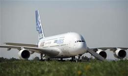 <p>Airbus a livré 22 A380 cette année à fin octobre, un chiffre qui devrait lui permettre d'atteindre son objectif de 30 livraisons fixé pour 2012 malgré les perturbations suscitées par la découverte en début d'année de fissures sur les ailes du très gros porteur. /Photo d'archives/REUTERS/Nikolay Korchekov</p>