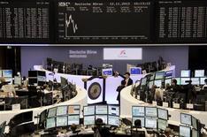 <p>Les Bourses européennes sont indécises à la mi-séance, les investisseurs réagissant d'une part à la situation grecque et à la crise budgétaire américaine, et d'autre part à la publication d'indicateurs chinois encourageants. A la mi-séance, si le Dax gagnait 0,22% et le FTSE 0,29%, le CAC 40 reculait, lui, de 0,07% à 3.421,04 points. /Photo prise le 12 novembre 2012/REUTERS/Remote/Tobias Schwarz</p>