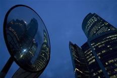 Высотные офисные здания в деловом районе Москва-Сити, 18 сентября 2008 года. ВВП России вырос в третьем квартале 2012 года относительно соответствующего периода прошлого года на 2,9 процента, сообщил Росстат предварительную оценку. REUTERS/Thomas Peter