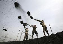 Рабочие грузят уголь в окрестностях индийского города Джамму 16 марта 2012 года. Экономика Китая, скорее всего, обгонит европейскую уже в 2012 году, Индия готовится обойти Японию, и к 2030 году эта азиатская пара будет мощнее США, еврозоны и Японии вместе взятых, считает Организация экономического сотрудничества и развития (ОЭСР). REUTERS/Mukesh Gupta