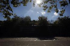 El Tribunal Superior de Justicia de Madrid ha llamado a declarar como imputados al gerente de la empresa que organizó la macrofiesta de Halloween en la que la semana pasada murieron cuatro jóvenes por aplastamiento, según un comunicado judicial difundido el lunes. En la imagen, botellas vacías y basura en el exterior del Madrid Arena el 1 de noviembre de 2012. REUTERS/Susana Vera