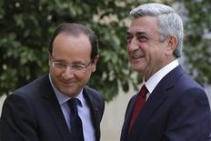 <p>François Hollande et le président arménien Serzh Sargsyan, à Paris. François Hollande a émis lundi le souhait de développer les échanges économiques avec l'Arménie, notamment dans les domaines de l'agroalimentaire et des transports. /Photo prise le 12 novembre 2012/REUTERS/Philippe Wojazer</p>