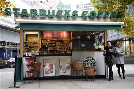 Customers leave a Starbucks coffee kiosk in the financial district of the City of London November 12, 2012. REUTERS/Chris Helgren