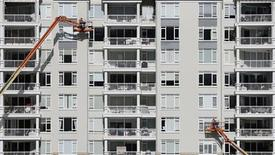 """<p>Cécile Duflot a signé lundi avec Action Logement """"une lettre d'engagement mutuel"""" pour concrétiser la promesse gouvernementale de construire 150.000 habitations sociales par an. /Photo prise le 13 juillet 2012/REUTERS/Tim Wimborne</p>"""