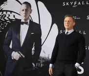 """Daniel Craig posa para fotógrafos para promover novo filme da franquia James Bond """"Skyfall"""", em Berlim. 30/10/2012 REUTERS/Tobias Schwarz"""