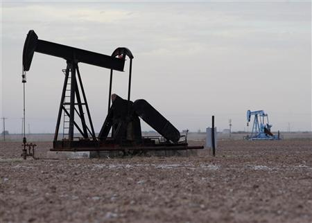 Oil rigs are seen in Midland, Texas May 9, 2008. Oil jumped to a record above $126 a barrel on Friday, extending gains to more than 11 percent since the start of the month on fuel supply concerns and a rush of speculator buying. REUTERS/Jessica Rinaldi