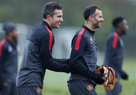 Robin van Persie (L) laughs with Ryan Giggs during a training session at the club's Carrington training complex in Manchester, northern England, November 6, 2012. REUTERS/Phil Noble