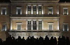 <p>Un grupo de manifestantes durante una protesta frente al Parlamento griego en Atenas, nov 11 2012. La zona euro no autorizará el lunes la entrega de más dinero para Grecia, pese a que el país aprobó su presupuesto 2013, ya que todavía no hay un acuerdo sobre cómo hacer sostenible su deuda. REUTERS/John Kolesidis</p>