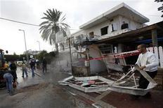 <p>Un grupo de israelíes observan los daños en una vivienda tras el lanzamiento de un cohete desde la franja de Gaza en Netivot, nov 12 2012. Ataques esporádicos con misiles desde la Franja de Gaza golpearon el sur de Israel el lunes por cuarto día consecutivo, en momentos en que Egipto trata de asegurar una tregua e Israel advierte que será más riguroso en su reacción si la violencia continúa. REUTERS/Amir Cohen</p>