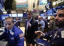 <p>Imagen de archivo de unos operadores en el parqué de Wall Street en Nueva York, nov 9 2012. Las acciones estadounidenses subían en la apertura del lunes después de anotar su peor caída semanal desde comienzos de junio, alentadas por datos en China que superaron las expectativas. REUTERS/Brendan McDermid</p>