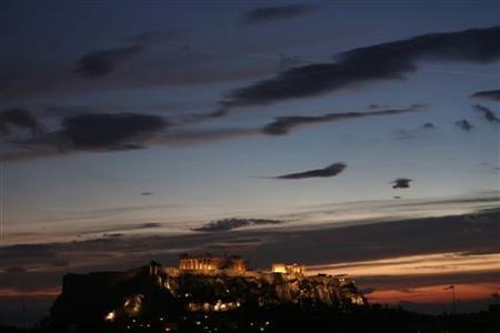 The temple of the Parthenon is illuminated at the Acropolis hill in Athens November 5, 2012. A deal on keeping Greece afloat and providing more bailout money for the near-bankrupt state is unlikely to be reached next week when euro zone finance ministers meet in Brussels, a senior EU official said on Monday. REUTERS/John Kolesidis (GREECE - Tags: POLITICS BUSINESS TRAVEL) GREECE OUT. NO COMMERCIAL OR EDITORIAL SALES IN GREECE