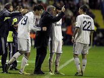 El técnico del Real Madrid, José Mourinho, alabó la adaptabilidad de sus jugadores después de que tuvieran que lidiar el domingo con unas condiciones atroces y la lesión de Cristiano Ronaldo para imponerse por 2-1 en el campo del Levante, anegado y hostil. En la imagen, Mourinho da instrucciones a sus jugadores después de que Álvaro Morata marcara contra el Levante, el 11 de noviembre de 2012. REUTERS/Heino Kalis