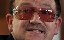 """O cantor Bono, da banda US, fala na abertura da sessão do Fórum de Oslo, na Noruega. O roqueiro e ativista contra a pobreza Bono vai pedir a parlamentares democratas e republicanos, durante visita a Washington nesta semana, para pouparem os programas de assistência dos EUA em países pobres dos cortes orçamentários, à medida que o Congresso tenta evitar o """"abismo fiscal"""". Foto de Arquivo. 18/06/2012 REUTERS/Cathal McNaughton"""