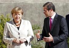 Chanceler alemã, Angela Merkel (E), fala com primeiro-ministro português Passos Coelho após chegar a Fortaleza de São Julião, na região de Lisboa. 12/11/2012 REUTERS/Jose Manuel Ribeiro