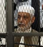 El ex primer ministro del derrocado líder libio Muamar el Gadafi compareció el lunes ante un tribunal ante el que se le acusa de corrupción y de haber ordenado masivas violaciones durante el conflicto que asoló al país el año pasado. En la imagen, Al Baghdadi al Mahmudi durante el juicio en Trípoli el 12 de noviembre de 2012. REUTERS/Ismail Zitouny