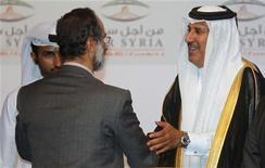 O primeiro-ministro do Catar Sheikh Hamad bin Jassim Al-Thani (D) parabeniza o novo líder da coalizão nacional síria, Mouaz al-Khatib, durante reunião da assembleia geral do conselho nacional sírio, em Doha. Após dias de discussões acirradas no Catar sob pressão constante de autoridades árabes, dos EUA e de outros líderes, representantes de grupos rebeldes, incluindo dissidentes das Forças Armadas e minorias étnicas e religiosas, concordaram, no domingo, em participar de uma nova assembleia para formar um governo no exílio. Eles elegerem por unanimidade o clérigo reformista de Damasco Mouaz al-Khatib como seu presidente. 11/11/2012 REUTERS/Mohammed Dabbous