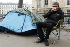 <p>Stéphane Gatignon, le maire écologiste de Sevran (Seine-Saint-Denis), poursuivait lundi sa grève de la faim entamée vendredi devant l'Assemblée nationale. De nombreux élus lui ont rendu visite tandis que d'autres ne cachaient pas leur irritation par rapport à la méthode employée. /Photo prise le 12 novembre 2012/REUTERS/Benoît Tessier</p>