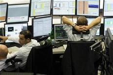 Las bolsas europeas cerraron ligeramente a la baja el lunes por cuarta sesión consecutiva, mientras se amontonaban las incertidumbres sobre una posible crisis fiscal en Estados Unidos y el nuevo tramo de ayuda para Grecia, que afectaban al sentimiento de los inversores. En la imagen, varios agentes bursátiles frente a sus pantallas en una fotografía de archivo. REUTERS/Alex Grimm