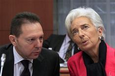 Grecia necesitará 32.600 millones de euros más de financiación si no logra alcanzar hasta 2016 su objetivo primario de superávit del 4,5 por ciento de su PIB, dos años más tarde de lo estipulado inicialmente, mostró un borrador preparado para la reunión de ministros de Finanzas de la eurozona. En la imagen, el ministro griego de Finanzas, Yannis Stournaras (I), habla con la directora gerente del FMI, Christine Lagarde, en una reunión en Bruselas el 12 de noviembre de 2012. REUTERS/Yves Herman