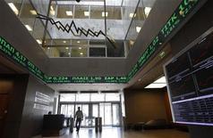 """<p>Les valeurs bancaires grecques ont chuté lundi à la Bourse d'Athènes après l'annonce par le gouvernement des conditions d'un plan de recapitalisation du secteur qui prévoit l'émission d'actions et d'obligations convertibles pour atteindre un ratio de fonds propres """"core Tier 1"""" d'au moins 6%. /Photo d'archives/REUTERS/John Kolesidis</p>"""