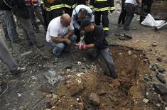 Varios ataques esporádicos realizados con misiles desde la Franja de Gaza golpearon el sur de Israel el lunes por cuarto día consecutivo, en un momento en que Egipto trata de sellar una tregua y el Estado judío advierte de que será más contundente si la violencia continúa. En la imagen, varios policías israelíes inspeccionan el lugar donde cayó un cohete en Netivot el 12 de noviembre de 2012. REUTERS/Ammar Awad