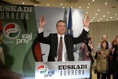 """El Partido Nacionalista Vasco, el partido más votado en las elecciones autonómicas del pasado octubre, gobernará en solitario en la comunidad y recurrirá a acuerdos puntuales con las formaciones que integran el Parlamento de Vitoria, anunció el lunes la formación nacionalista. A juicio de los nacionalistas vascos, en este momento """"no se dan las condiciones idóneas"""" para una coalición ni con los independentistas de EHBildu ni con los socialistas, los dos partidos con los que podría conformarse una mayoría absoluta, aunque no descartan que """"con el tiempo"""" los acuerdos sean posibles. En la imagen, Iñigo Urkullu celebra el resultado electoral en Bilbao el 21 de octubre de 2012. REUTERS/Vincent West"""