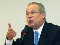 O ex-ministro-chefe da Casa Civil José Dirceu gesticula durante coletiva de imprensa em Brasília. Dirceu foi condenado a 10 anos e 10 meses de prisão pelos crimes de formação de quadrilha e corrupção ativa no julgamento do mensalão no Supremo Tribunal Federal. 1/12/2005 REUTERS/Jamil Bittar
