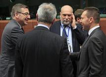 O ministro das Finanças belga, Steven Vanackere (esquerda), cumprimenta o ministro das Finanças grego, Yannis Stournaras (direita), em reunião do Eurogroup em Bruxelas, na Bélgica. 12/11/2012 REUTERS/Yves Herman