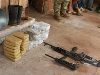 Pacotes de cocaína e armas confiscadas pela polícia paraguaia durante uma operação em que 19 pessoas do Paraguai, do Brasil, da Bolívia e do Peru foram presas e acusadas de tráfico repousam em Canindeyu, na fronteira com o Brasil. 10/11/2012 REUTERS/SENAD/DIVULGAÇÃO
